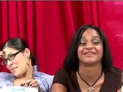 Grupo de niñas femdom tease chico CFNM, película que muestra un grupo de niñas femdom burlas un chico CFNM