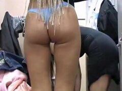Sexy chica rubia en vestidor mostró desnuda y vista de panty