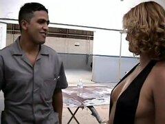 Brasileña chica tiene sexo con mecánico, hay algo tan seductor de las mujeres brasileñas. Son muy sexuales y muy orgullosos de sus cuerpos, tener una pasión por la vida que muestra. Aunque no en inglés todavía se puede entender lo que está sucediendo y no