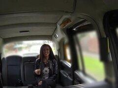 Entorno magnífico chupa y folla en el asiento trasero del taxi, nena hermosa entorno obtiene saltó de la cabina y charlas con el conductor. No bastante pone convenció a tener relaciones sexuales para hacer el trabajo de modelado. En el asiento trasero da