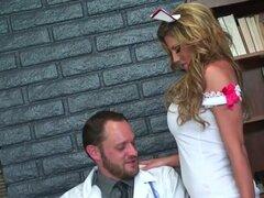 Enfermera sexy Charisma Capelli hace su doctor cum. Esta chica es tan bonita, que probablemente ella podría seducir a cualquier persona. Después de ver cuán caliente el plomo doctor es, increíble Charisma Capelli decidió utilizar su cuerpo increíble para