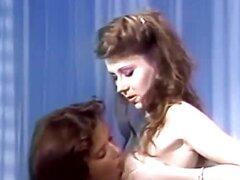 Diversión caliente retro con una pareja de lesbianas