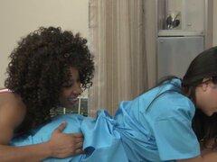 Cómo seducir a una enfermera tetona novia de ébano. Enfermera lesbiana tetona seductora de ébano novia y quiere que su coño mojado