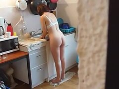 Mirones del marido sobre su mujer desnuda semi, este marido estaba aburrido mientras espera a su esposa a lavar los platos y porque estaba semi desnudo mientras lo hace, él comienza el rodaje de su posición cerca del fregadero de la cocina. Supongo que es