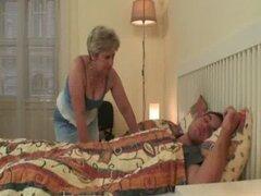 Mujer consigue furioso cuando lo encuentra follando a su madre