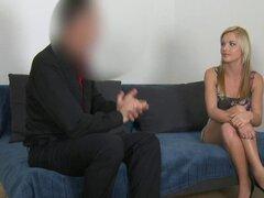 Linda masajista follada en la entrevista de casting. Rubia linda masajista quiere ser modelo por lo que el agente de casting hizo que se masturbe en la entrevista luego se acostó con ella y se cuado en su vientre