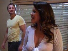 Esta milf Latina no duda en seducir a chicos jóvenes y guapos mientras su marido está en el trabajo! Le encanta mirar la reacción de sus amantes cuando ella se desnudo su natural gran tetas o culo pert enorme!