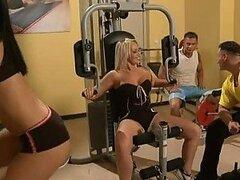Mia Diamond y Sara Simon follan en el gimnasio en cuarteto