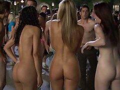 Hermosas adolescentes alocadas se desnudan totalmente en una increible fiesta