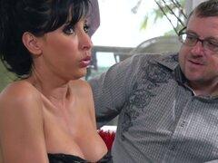 Amas de casa MILF Cornudo diversión en su lencería sexy