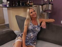 Cougar Emma Starr seduce a un joven semental y chupa polla