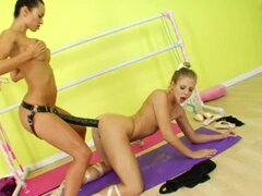 Dos modelos tratando de strapon brutal