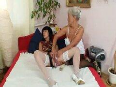 Gran peludo lame mama caliente en acción lesbiana