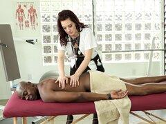 Chica blanca masajes a un chico negro y le libra de su apretado coño - Jessica Ryan, Sean Michaels