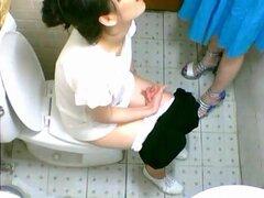 Dos chicas asiáticas lindas en un WC cam meando, este es el video de voyeur que está presentando a dos amigas bastante asiáticas en vueltas levantando sus faldas y sentado en la taza del inodoro para liberarla de la orina. Todo fue espiado en la cámara
