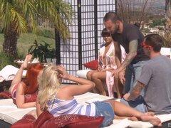 Grupo de chicas calientes de fumar consigue golpeado cerca al aire libre