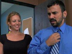 """Tetonas en el trabajo: Acoso Sexual en el lugar de trabajo. Voodoo está harto de ser tocado indebidamente en el lugar de trabajo. Al tiempo que muestra la """"Head perra en Charge"""", la señora Starr, cómo es ser tocado, compañero de trabajo Phoeni"""