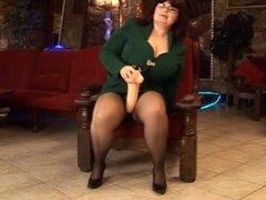 Tetona madura masturbandose su coño con un consolador grande, chica madura gordita caliente frotando su clítoris grasa y masturbandose con un juguete sexual grande en este video de sexo de masturbación solo.