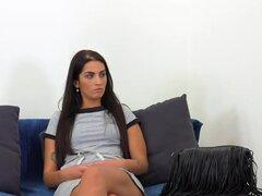 Pelo largo Secretario golpeó en el bastidor, largo secretaria morena pelo tiene casting falso agente luego tiras a ropa interior negro sexy y se masturba en el sofá antes de agente folla