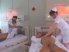aki Mizuhara Misaki Asou grande boobed asiáticas enfermeras y son calientes, Aki Mizuhara y Misaki Asou son enfermeras asiáticas salvaje en una mierda de grupo! Estas enfermeras calientes muestran sus culos upskirt tiros mientras están besando su paciente