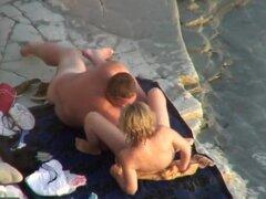 hombre gordito y su gf en la playa, hombre regordete y su gf en la playa