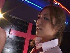 Seductora Moe Ohishi en un trío FFM con otro adorador de dick - Moe Ohishi