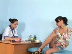 Gyno doctor ayuda a su paciente en alcanzar el orgasmo