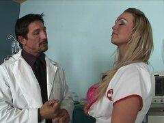 Rubia tetona hace bj profesional con su médico, esta rubia tetona es una enfermera sexy que adora a fagocitar grasa peters. En este video porno ella ofrece a su médico una mamada profesional.