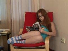 Jessica es una linda chica con medias de rayas y gafas - Jessica
