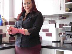 Gordita ama de casa británica bromeando en su cocina