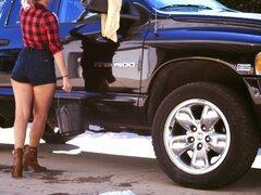 Ella lava su coche en shorts diminutos y trabaja su polla - Ryan Madison, Harley Jade