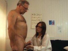 Joven doctora follando y chupando polla paciente viejo con gafas