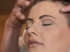 Chica con pelo corto follada en un masaje de pelo corto chica elegante follada primer plano al clímax en su masaje