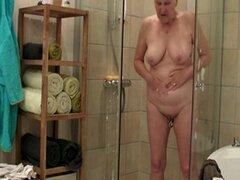La abuela toma una ducha