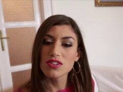 Chica española Julia Roca da a un extraño un blowjo desordenado