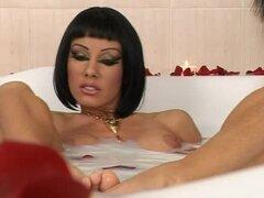 Chica de estilo Cleopatra obtiene su coño lamido por otra chica en una bañera