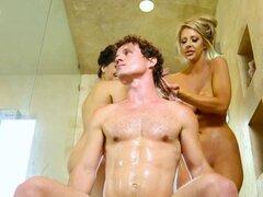 Bigtitted babes truco a masajista en trío. Bigtitted babes truco a masajista en trío haciendo de él follar el coño