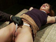 Descarada pelirroja recibe una brutal inserciones en un bondage