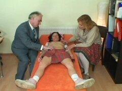 Morena seduce en trío con perno femenino y edad maduro en la oficina