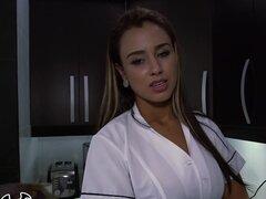 ¡BANGBROS - Big Booty Latina criada Sofía limpiar mi apartamento en Colombia!