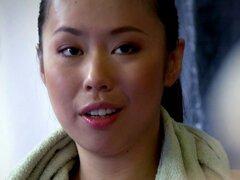 Babe asiático que lucha con el dique de euro. Asiática chica lucha libre con el dique de euro antes de jugar con un strapon