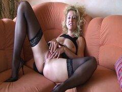 Alemán de la señora madura en dedo medias folla su coño caliente