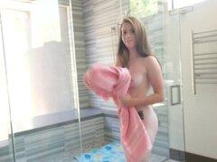 Tiny4K - pequeña pelirroja Karlie Brooks golpeó duro en la ducha. Tiny4K - pequeña pelirroja Karlie Brooks golpeó duro en la ducha