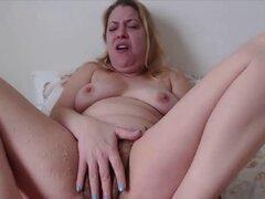 Chorros de ama de casa Izabella con vagina peluda. Ama de casa chorros Izabella con vagina peluda