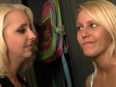Rubias lesbianas maduras y adolescentes besándose apasionadamente