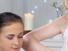 Delgado adolescente consigue sexo lésbico en el masaje