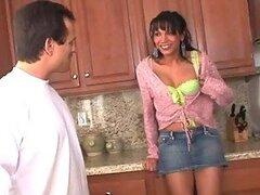 Ladyboy cachonda Yasmine Lee caliente es follada por un tio tatuado en la cocina