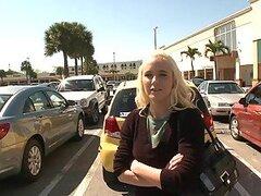 Rubia Amateur chupa y folla en la parte trasera de una camioneta en realidad porno Vid