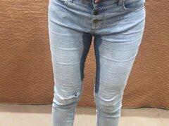 Mear en Jeans y Relleno de Bragas Húmedas Dentro de Coño, Masturbándose