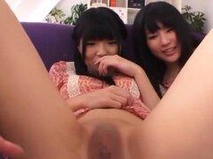 Sexy Satomi Nomiya y Ichigo Tominaga afeitan coños, desnudas hotties adolescentes atractivo Japonés AV Satomi Nomiya y Ichigo Tominaga y explorar sus frondosos coños jóvenes. Los pollitos traviesos quieren tener sus gatitos calvos limpios y listos para el